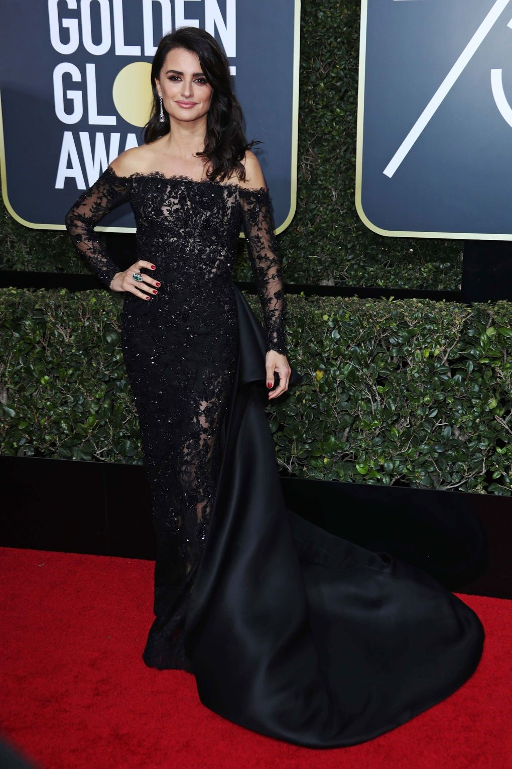 The ever-Gorgeous Penelope Cruz looked splendid in a Ralph and Russo Couture. golden globes 2018 - 8 - JD's top 13 red carpet looks of Golden Globes 2018