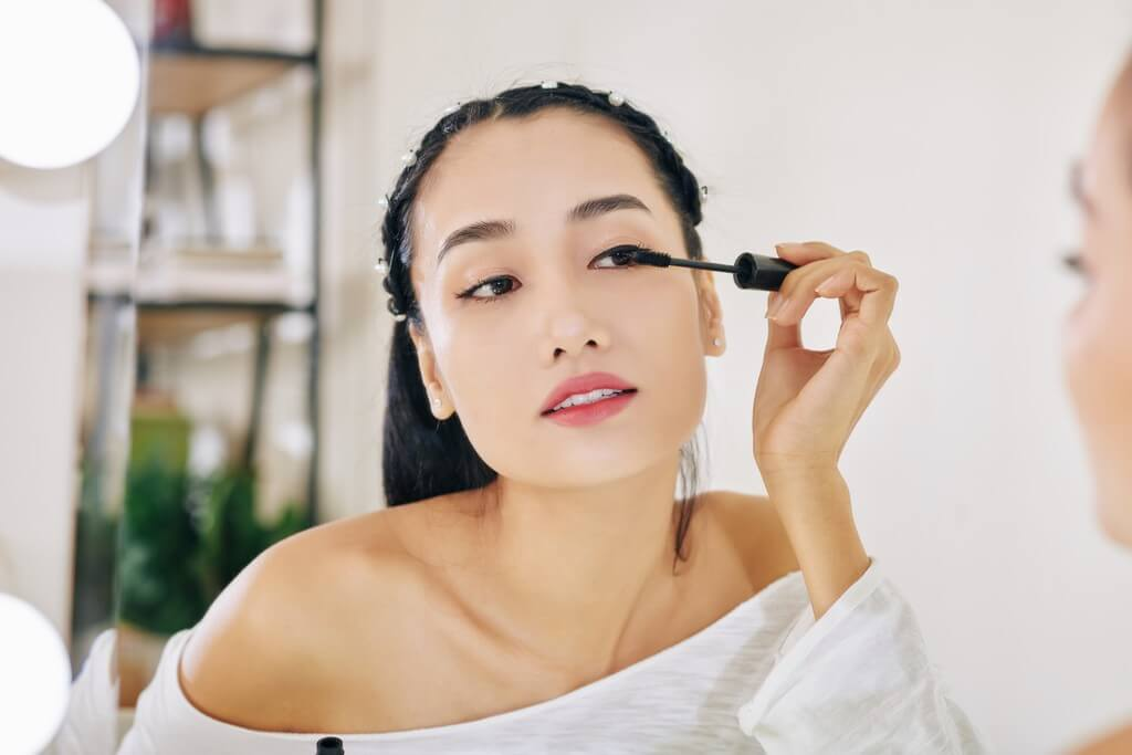 Puppy eyeliner: The Korean makeup trend everyone is talking about puppy eyeliner - woman applying black mascara TTFWV4U - Puppy eyeliner: The Korean makeup trend everyone is talking about