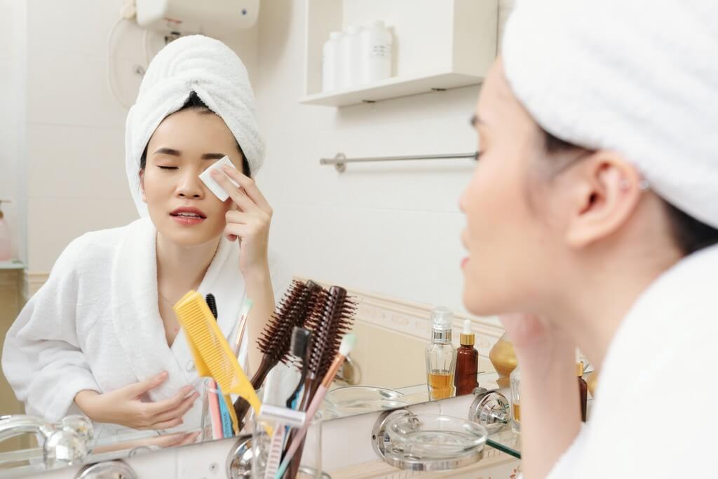 Removing eyelash extensions at home couldn't get any easier; here's how removing eyelash extensions - Removing eyelash extensions at home couldnt get any easier heres how 4 - Removing eyelash extensions at home couldn't get any easier; here's how