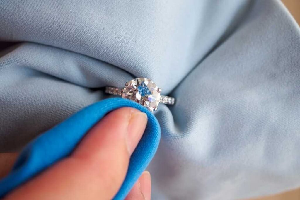 Jewellery cleaning solutions – Put the shine and sparkle back jewellery cleaning solutions - jewellery cleaning cloth 1 - Jewellery cleaning solutions – Put the shine and sparkle back