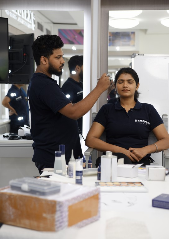 Make-up Department Students at Kryolan make-up department students at kryolan - httpsin - Make-up Department Students at Kryolan | A session on Airbrush Make-up